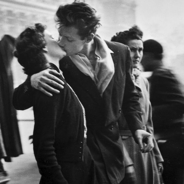black and white photo of lovers in paris 054302